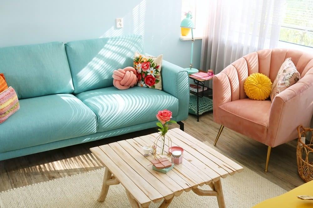 roze stoel in de woonkamer