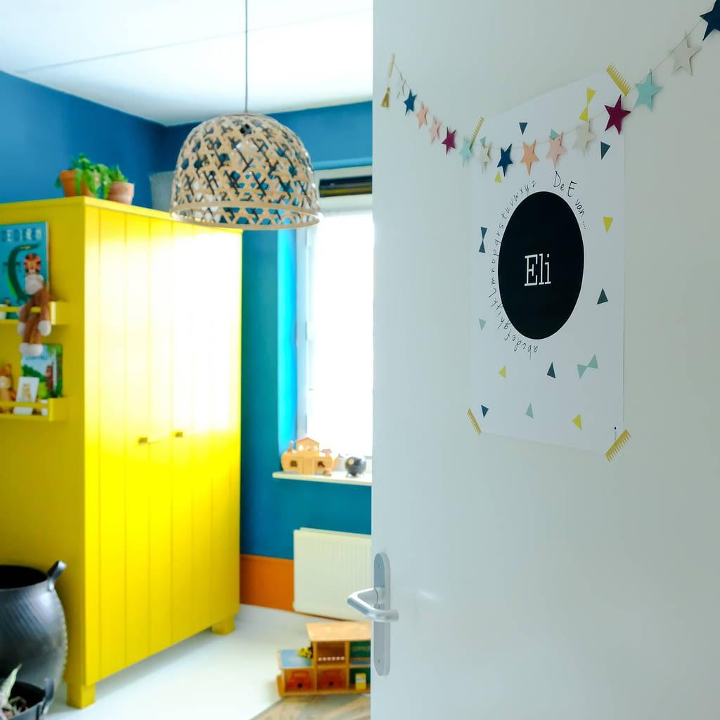 kleurrijke junglekamer voor een peuter