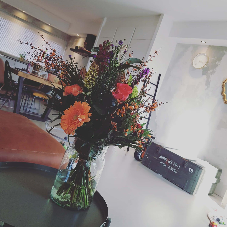 bos bloemen op tafel