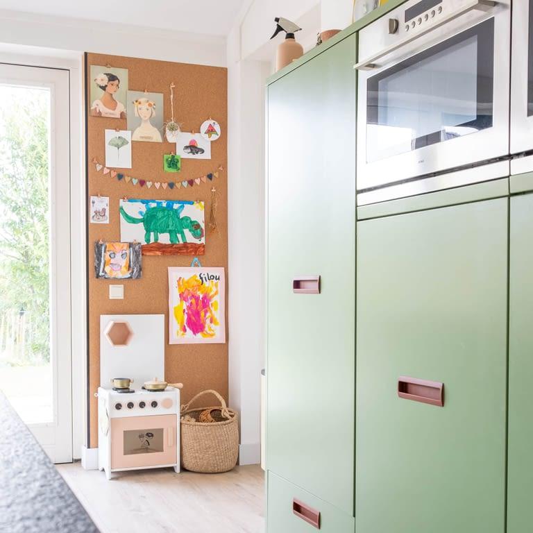 prikwand van kurk in de keuken