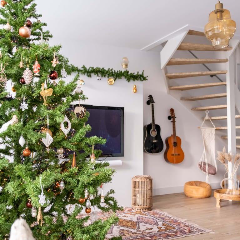 binnenkijker kleurrijke kersthuis
